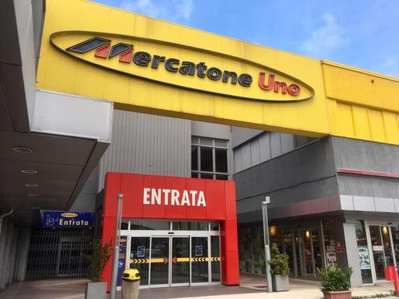 Mobili Porta Tv Mercatone.Mercatone Uno 10 500 Clienti Senza Cucine E Arredamenti Per Un