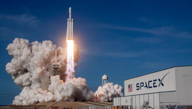 SpaceX, rinviato il lancio della navicella Crew Dragon. Il maltempo frena Elon Musk